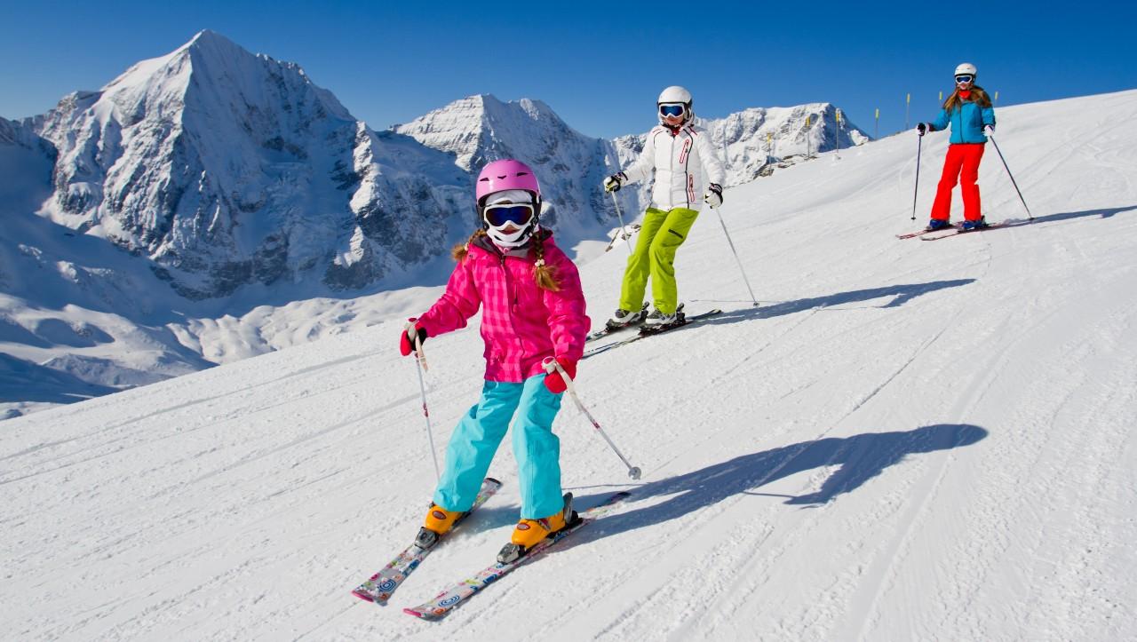 Malí lyžaři sviští na sjezdovce