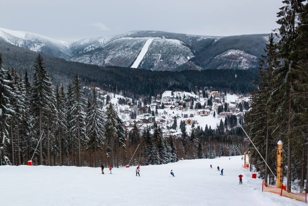 People on mountain in Czech ski resort Spindleruv Mlyn, Czech Rupublic_553034629.jpg